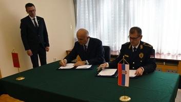 A szerbiai rendőrök a montenegrói tengerparton teljesítenek szolgálatot a nyáron - illusztráció