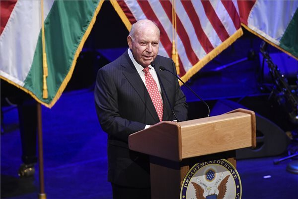 David B. Cornstein, az Egyesült Államok budapesti nagykövete mond beszédet az amerikai nemzeti ünnep, a függetlenség napja 243. évfordulója tiszteletére rendezett fogadáson a Budapest Kongresszusi Központban