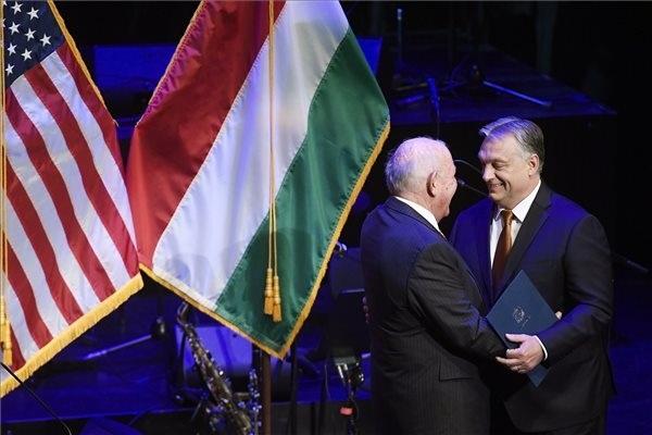 David B. Cornstein, az Egyesült Államok budapesti nagykövete (b) és Orbán Viktor miniszterelnök az amerikai nemzeti ünnep, a függetlenség napja 243. évfordulója tiszteletére rendezett fogadáson a Budapest Kongresszusi Központban