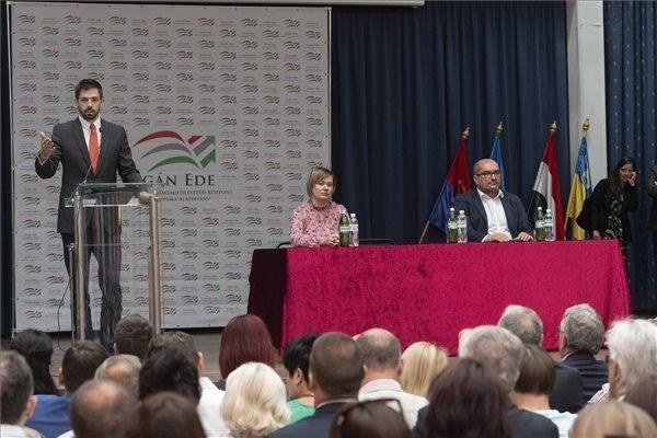 Magyar Levente, a Külgazdasági és Külügyminisztérium parlamenti államtitkára beszél az Egán Ede Gazdaságfejlesztési Pályázatot ismertető sajtótájékoztatón Beregszászon