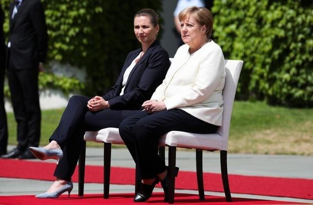 A hagyományoktól eltérően Merkel és Frederiksen Berlinben ülve vett részt a dán kormányfő fogadására rendezett katonai tiszteletadás egy részén