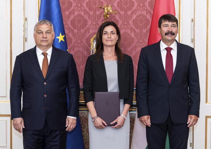 Varga Judit igazságügyi miniszter Áder János köztársasági elnök és Orbán Viktor miniszterelnök társaságában kinevezési okmányának átvétele után a Sándor-palotában