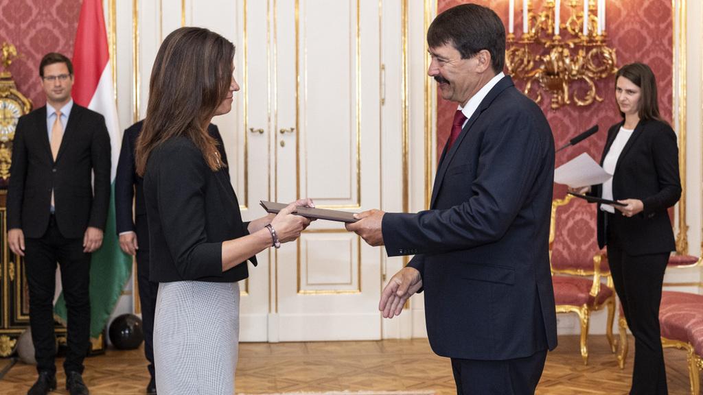 Varga Judit igazságügyi miniszter átveszi kinevezési okmányát Áder János köztársasági elnöktől a Sándor-palotában