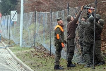 Szerb vállalat építi a migránsokat visszatartó kerítést a szlovén határon - A cikkhez tartozó kép