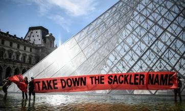 Letakarták a párizsi Louvre-ban a mecénások listáján a Sackler család nevét - A cikkhez tartozó kép
