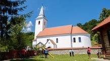 A székelyföldi Atyhán felszentelték a tűzvész után újraépített római katolikus templomot - illusztráció