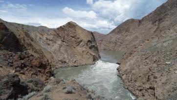 Légi úton szállítják a lazacokat ívóhelyükre egy kőomlás miatt elzárt kanadai folyón - A cikkhez tartozó kép