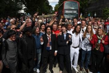 A legendás Beatles-fotóra emlékeztek az Abbey Roadon - A cikkhez tartozó kép