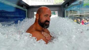 Rekord: Két óra nyolc percet bírt ki a jéggel teli üvegkabinban - A cikkhez tartozó kép