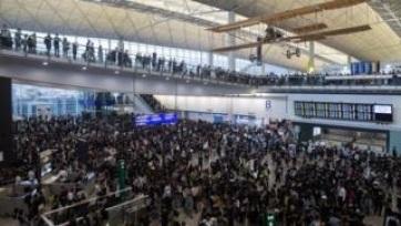 Több száz repülőjáratot töröltek kedden is a tüntetések miatt Hongkongban - A cikkhez tartozó kép