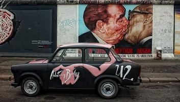 """A berlini fal """"alapkőletétele"""" - illusztráció"""
