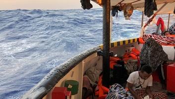 Európai Bizottság: Az uniós országok mutassanak szolidaritást a hajókon rekedt migránsok ügyében - illusztráció
