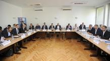 A Dveri, a Néppárt és az Új Párt képviselői kivonultak a kerekasztal-beszélgetésről - illusztráció