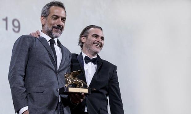 Todd Phillips rendező és a Jokert alakító Joaquin Phoenix a díjjal