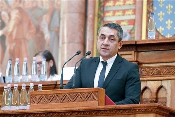 Potápi Árpád János, a Miniszterelnökség nemzetpolitikáért felelős államtitkára beszédet mond az Érték és Minőség Nagydíj pályázat díjátadó ünnepségén az Országházban