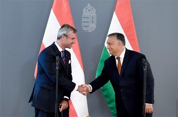Orbán Viktor miniszterelnök (jobbról) és Norbert Hofer, az Osztrák Szabadság Párt (FPÖ) elnöke sajtótájékoztatót tart a megbeszélésük után a Karmelita kolostorban