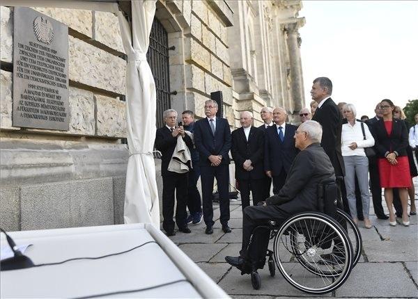 Kövér László, az Országgyűlés elnöke (elöl jobbról) és Wolfgang Schäuble, a német szövetségi parlament, a Bundestag elnöke az 1989. szeptember 10-i határnyitás alkalmából a Bundestag külső falán elhelyezett emléktáblánál, ahol koszorút helyeztek el