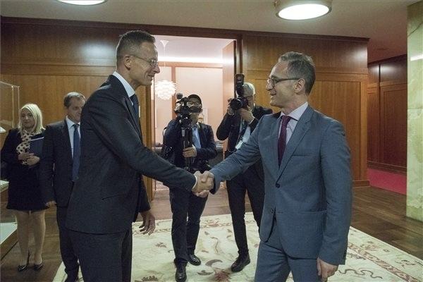 Szijjártó Péter külgazdasági és külügyminisztert köszönti Heiko Maas német külügyminiszter Berlinben, a külügyminisztérium épületében
