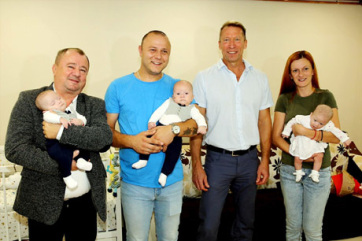 Szabadka Város Képviselő-testületének elnöke meglátogatta a Majoroš hármas ikreket - A cikkhez tartozó kép