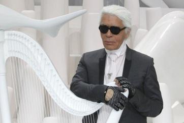 Fehér ingekkel tisztelegnek világhírű barátai Karl Lagerfeld emléke előtt - A cikkhez tartozó kép