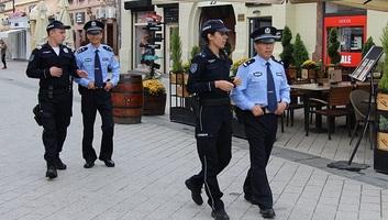 A kínai rendőrök járőröznek Újvidéken - illusztráció