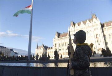 Felvonták, majd félárbócra engedték a nemzeti lobogót a Parlament előtt - A cikkhez tartozó kép