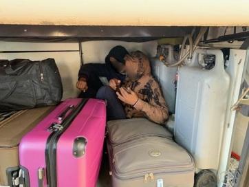 Horgos: Migránsokat találtak a busz csomagtartójában, az utasok bőröndjei között - A cikkhez tartozó kép