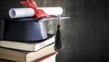 Diplomák, fedezet nélkül - illusztráció
