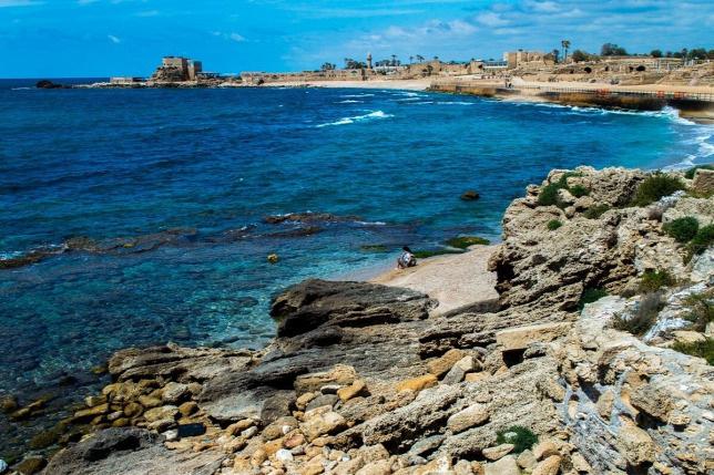 A Földközi-tenger az izraeli Caesarea településnél