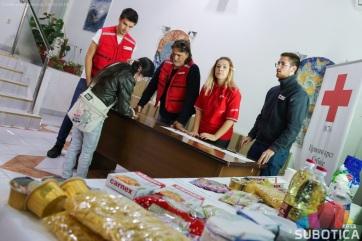 Szabadkai Vöröskereszt: Élelmiszercsomagok a legszegényebbeknek - A cikkhez tartozó kép