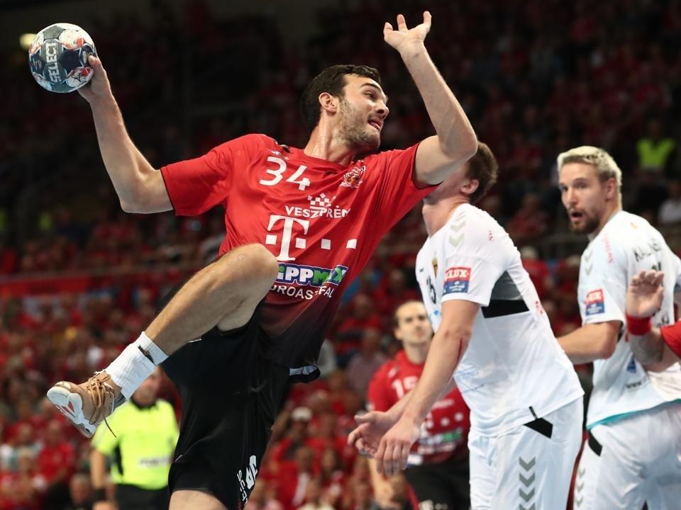 Petar Nenadić (a labdával) 5 gólt szerzett a Vardar ellen