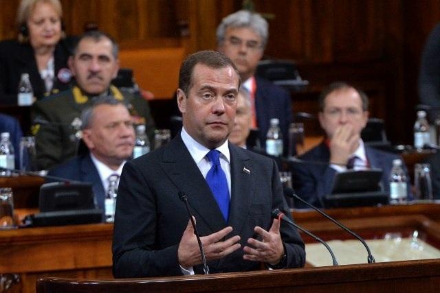 Dmitrij Medvegyev orosz kormányfő a szerb szkupstinában mondott beszédet