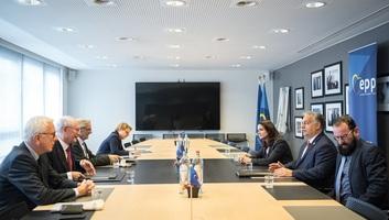 """Evropska narodna partija: Konstruktivan dijalog i dobra atmosfera na susretu Fidesa i """"Saveta mudraca"""" - illusztráció"""