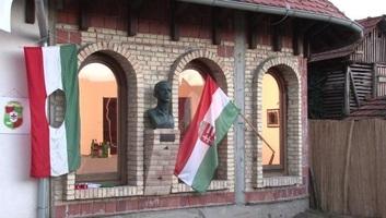 Megkoszorúzzák Sörös Imre szobrát - illusztráció