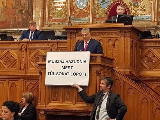 Orbán Viktor a pulpituson beszélt, amikor Hadházy Ákos táblákat tartott elé