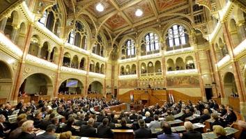 Országgyűlés előtt a magyar és a szerb oklevelek kölcsönös elismeréséről szóló egyezmény - illusztráció