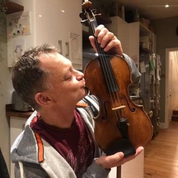 Visszakapta a vonaton felejtett 310 éves hegedűjét Stephen Morris zenész - A cikkhez tartozó kép