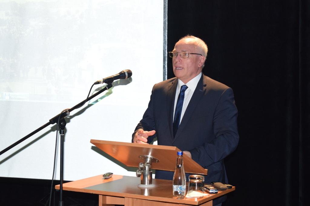 Mgr. Hajnal Jenő, a Magyar Nemzeti Tanács elnöke köszöntőt mond a tanácskozáson