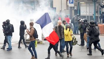 Párizs: Autókat gyújtottak fel, bankra támadtak a párizsi tüntetők, a rendőrség vízágyúkkal oszlatott - illusztráció