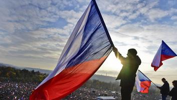 Százezrek követelték a cseh kormányfő lemondását Prágában - illusztráció