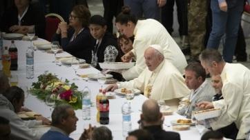 Ezerötszáz szegény ebédelt Ferenc pápával a Vatikánban - A cikkhez tartozó kép