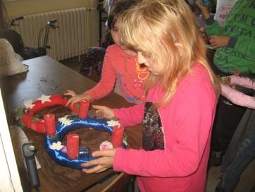 Közösen készítették az adventi koszorúkat a muzslyai gyerekek - A cikkhez tartozó kép