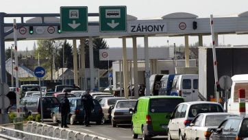Hat órát kell várakozniuk az Ukrajnába tartóknak Záhonynál - A cikkhez tartozó kép