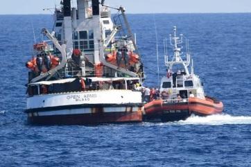 Megkezdődött az Olaszországba civil hajókkal érkezett migránsok szétosztása - A cikkhez tartozó kép