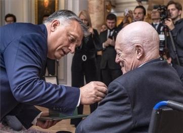 Orbán: Sir Roger Scruton előre látta az illegális migráció veszélyeit - A cikkhez tartozó kép
