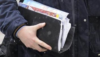 Mától kézbesítik a postások a nyugdíjakat és a számlákat - illusztráció