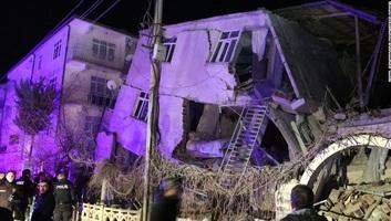 Folytatódik a török földrengés túlélői utáni kutatás, nőtt a halottak száma - illusztráció