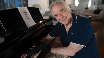 Bionikus kesztyű tett csodát a brazil zongoraművész kezével - illusztráció