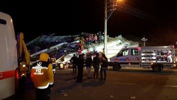 Vasárnap is folytatódott a török földrengés túlélői utáni kutatás és a kárfelmérés, nőtt a halottak száma - illusztráció