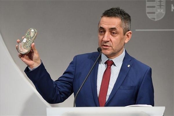 Potápi Árpád János, a Miniszterelnökség nemzetpolitikáért felelős államtitkára sajtótájékoztatót tart a Határtalanul! program legfontosabb újdonságairól és friss pályázati felhívásairól a Miniszterelnökségen